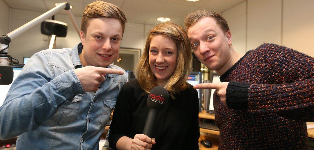 Joris (r.) besucht Radio Bielefeld, um den wahren Joris (Gräßlin) zu treffen, Moderatorin Annika Pott ist begeistert. Foto: Neue Westfälische/Wolfgang Rudolf